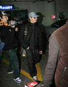 田亮在簇拥下走向机场