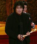 最佳影片:《怪物》奉俊浩上台领奖