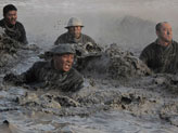 《奠基者》铁人王进喜跳池里以身搅水泥