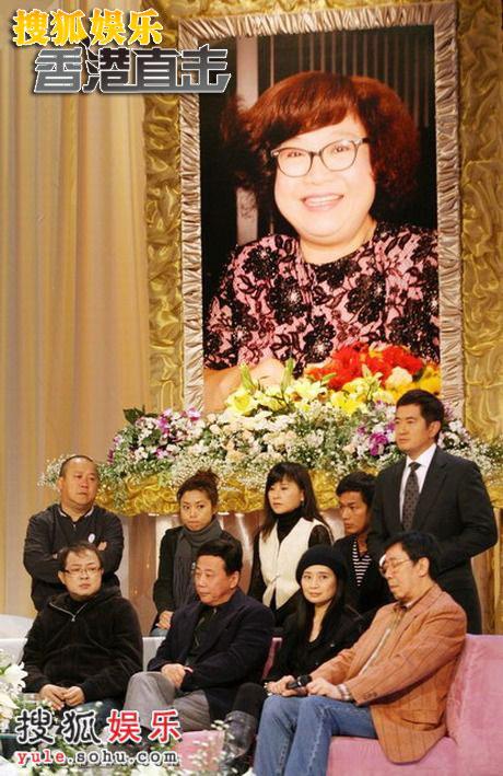 众人聚集在肥姐照片的周围默默哀思