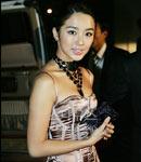 尹恩惠着粉色吊带裙亮相