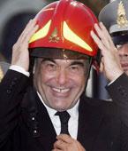 假扮消防员,表达敬意