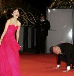 电影节主席拜在子怡裙下