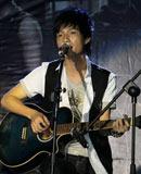 陈楚生抱起吉他弹唱一曲