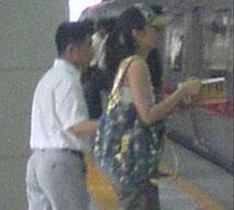 何云伟决意离婚 与神秘女现地铁站大胆曝光