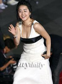 文根英乳白色长裙小巧可爱