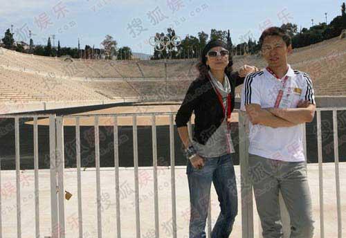 二人在雅典体育场前合影