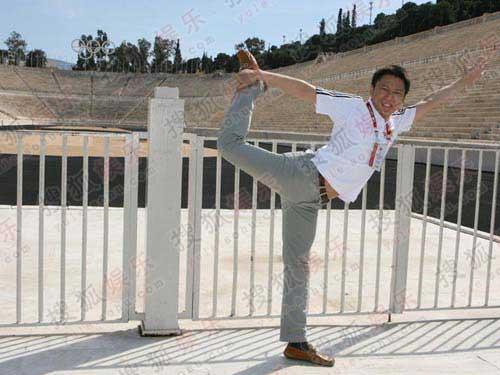 在帕纳克斯泛雅典体育场前,二人兴奋拍照